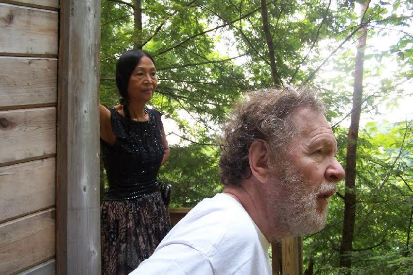 סיי אנטמן ואישתו ויולטה בחצר ביתם על הנהר בעיירה ליד פיטסבורג