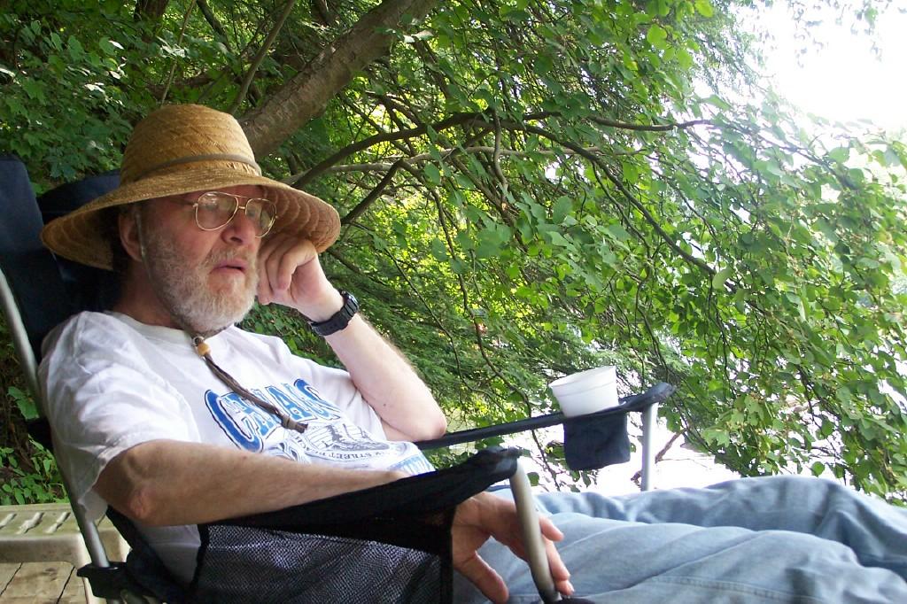 סיי אנטלמן ברגעי התרגעות משקיף אל הנהר בצילם של עצים גבוהים